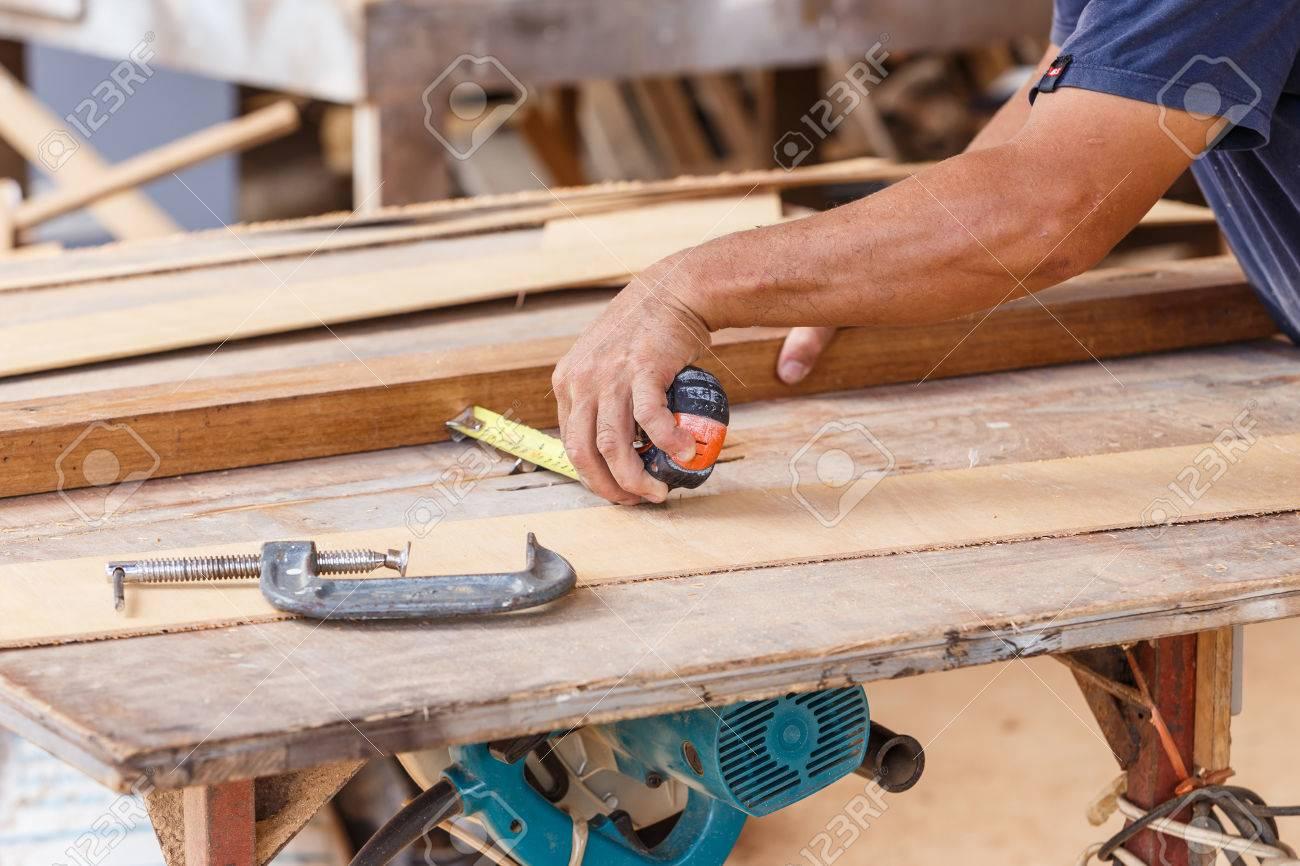 foto de archivo uso carpintero vio cortar madera para hacer muebles nuevos
