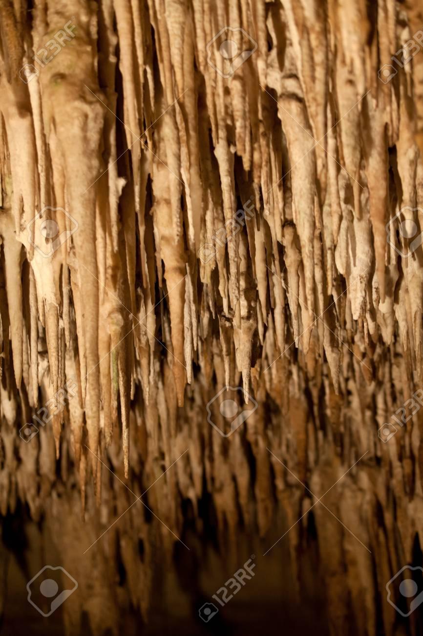多くの石筍と鍾乳石でドラシュの...