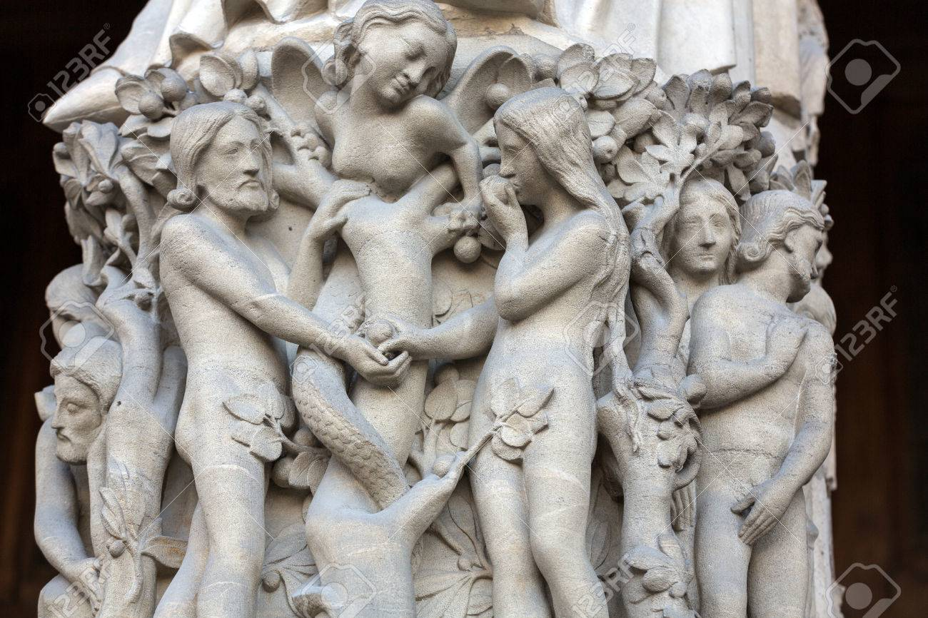 Paris - Façade Ouest De La Cathédrale Notre-Dame. La Vierge Marie Portail  .Scenes De Genesis.Eve Offre Le Fruit Défendu à Adam. Banque D'Images Et  Photos Libres De Droits. Image 36440884.