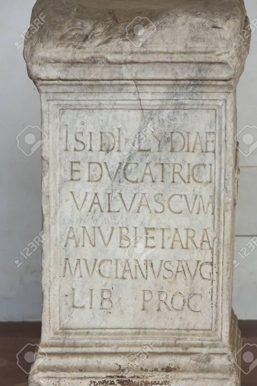 Eine Grabplatte In Den Badern Des Diokletian In Rom Italien