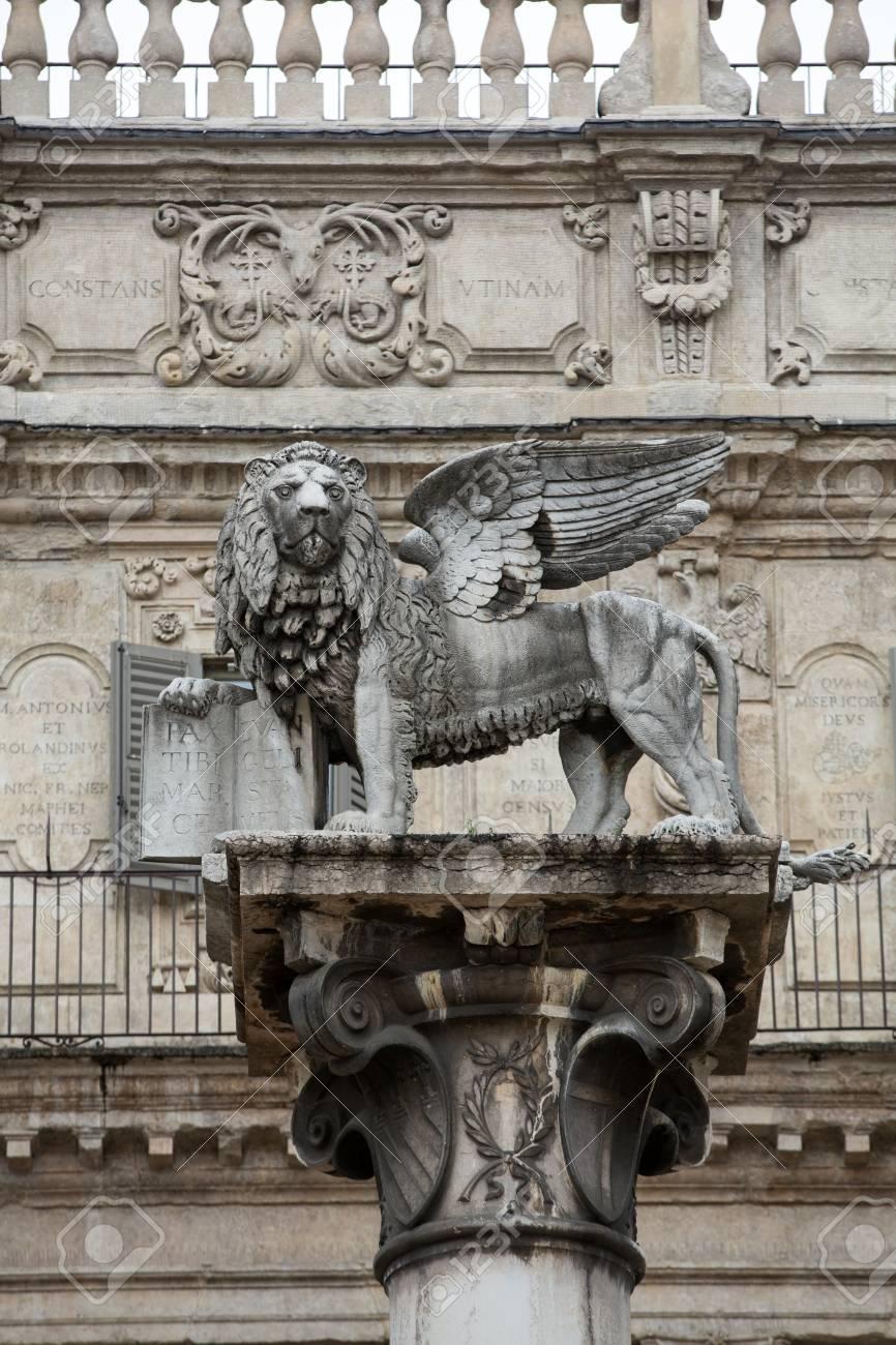 Sint Marcus Venetie.De Leeuw Van Sint Marcus Staat Symbool Voor De Nauwe Banden Van De Stad Met Venetie Verona Piazza Delle Erbe Italie