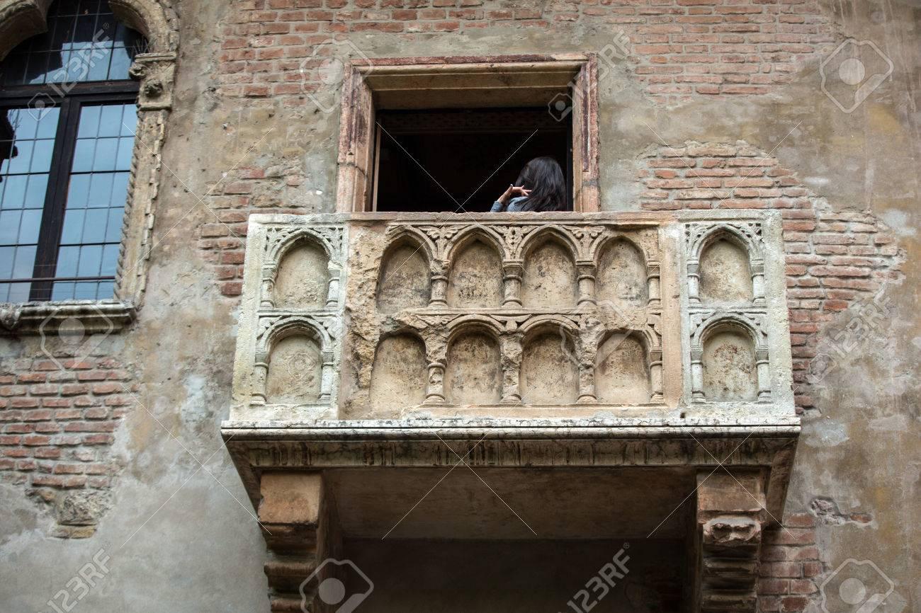 Balcone Di Giulietta A Verona. Romeo E Giulietta è Una Tragedia ...