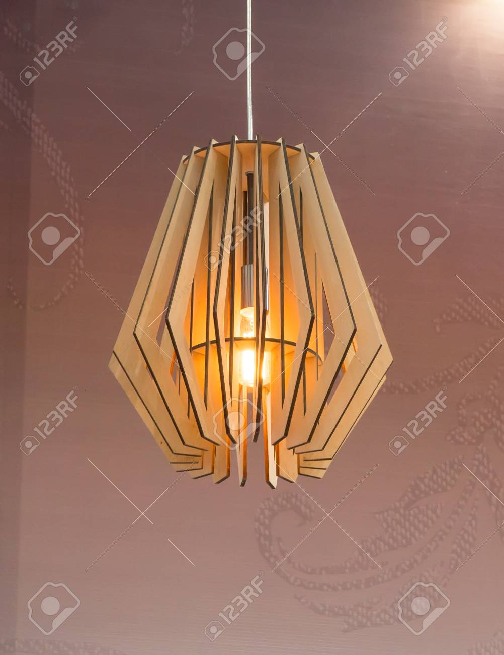 Holz Lampe an der Decke hängen
