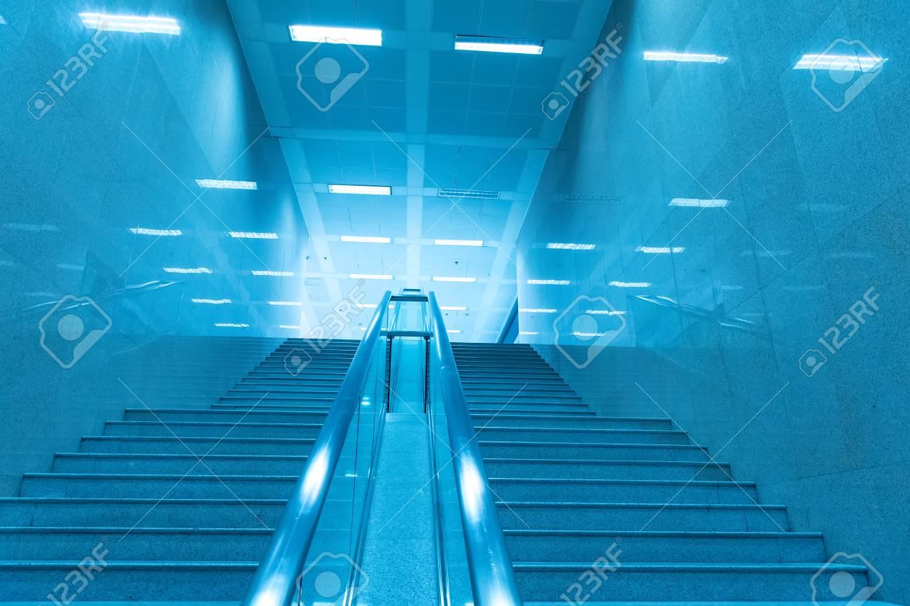 Treppe Des Modernen Bürogebäudes, Blau Getönten Bildern. Standard Bild    73386301