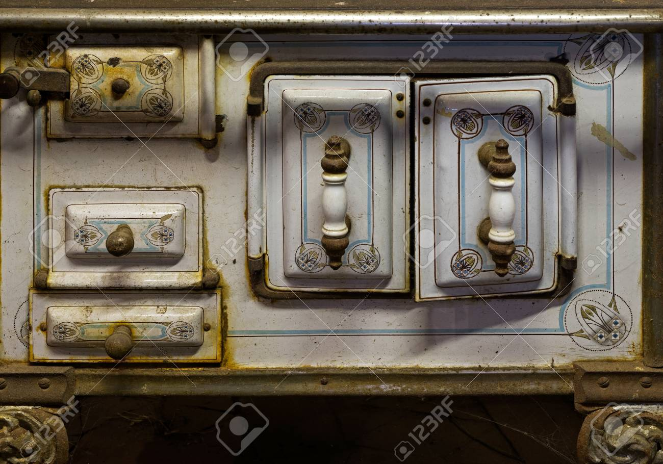 Delicieux Old Rusty Kitchen Stove In A Rustic Barn Stock Photo   47656124