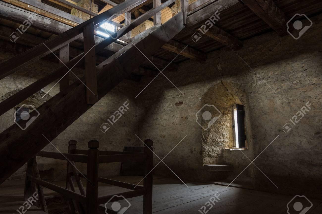 Dunkler Raum Mit Steinwänden Fenster Und Holztreppe Lizenzfreie