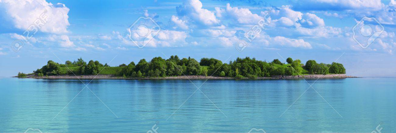green island in a sea of turquoise water Stock Photo - 15377483
