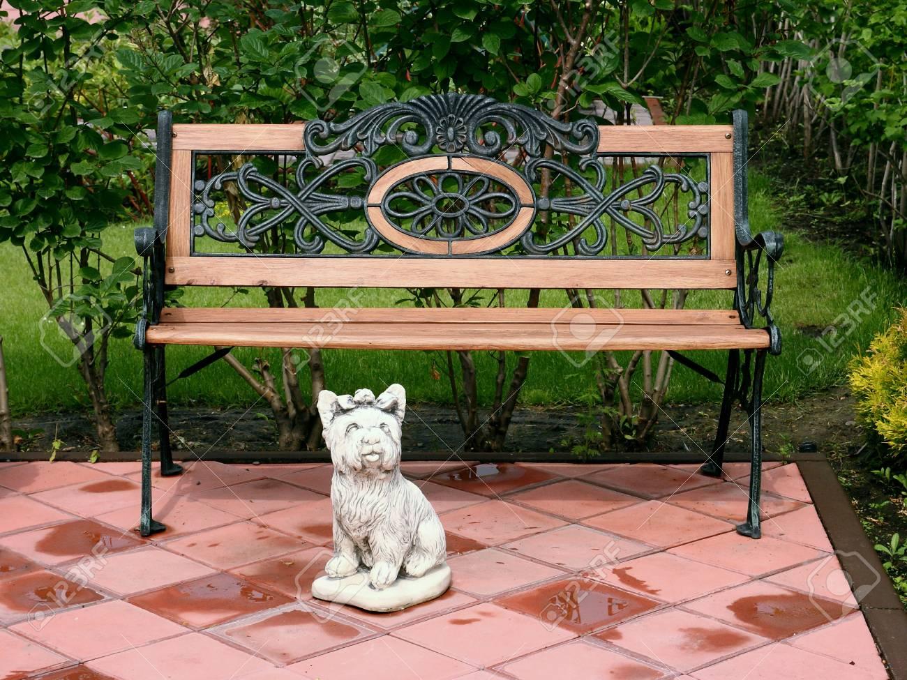 Peachy A Bench And A Sculpture Of A Small Dog In The Park Frankydiablos Diy Chair Ideas Frankydiabloscom
