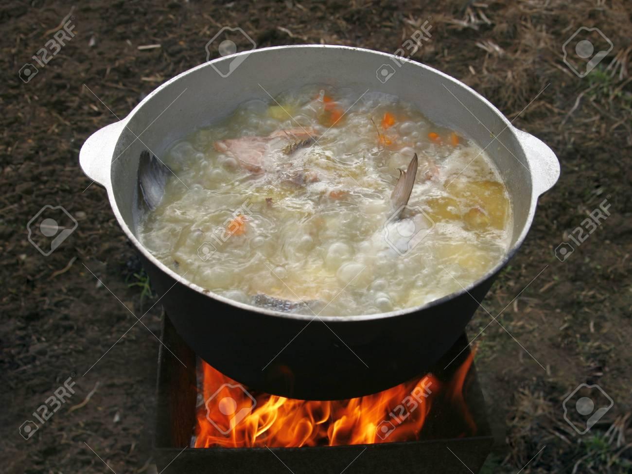 Kochen Fischsuppe In Einem Kessel über Dem Feuer. Lizenzfreie Fotos ...