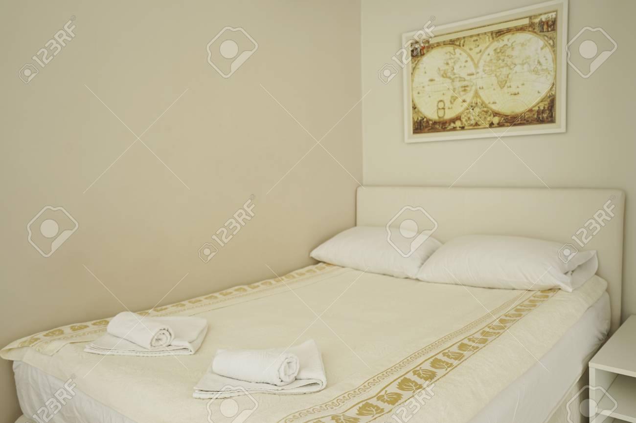 Innenraum Eines Modernen Schlafzimmer In Einem Gästehaus In Herceg Novi,  Montenegro Standard Bild