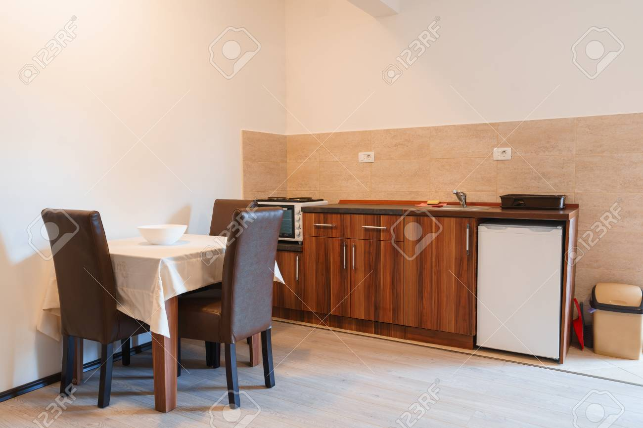 Camera Per Ospiti : Interno di una camera per gli ospiti house con cucina foto royalty