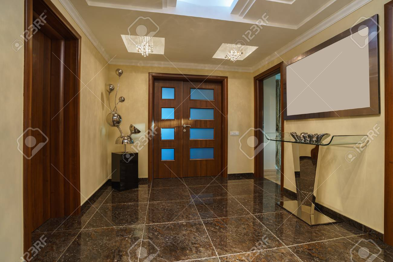 Hall and front door in a private villa - 93226007