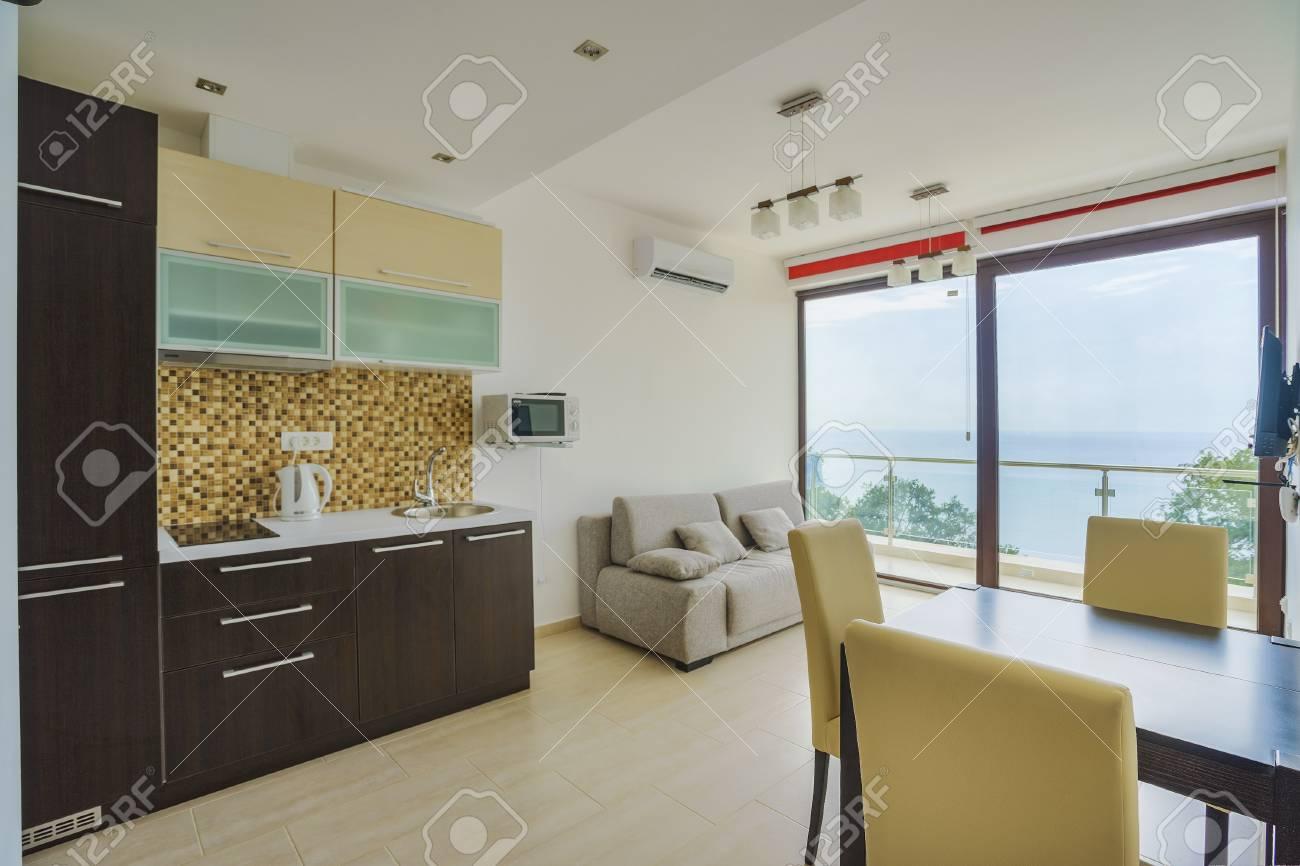 Interieur D 39 Un Salon Avec Cuisine Dans Un Studio Prive
