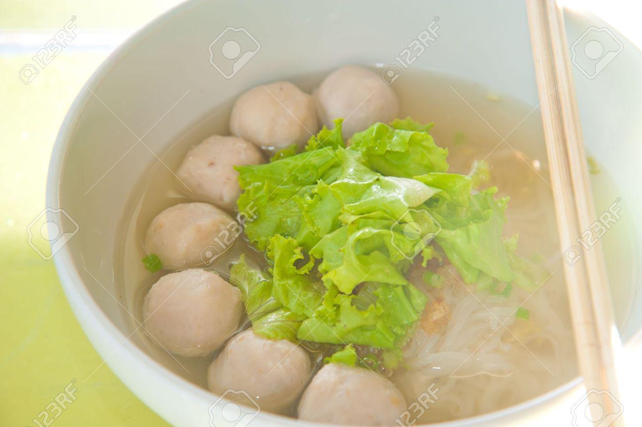 archivio fotografico cucina asiatica spaghetti di riso con pesce palla e la palla di carne