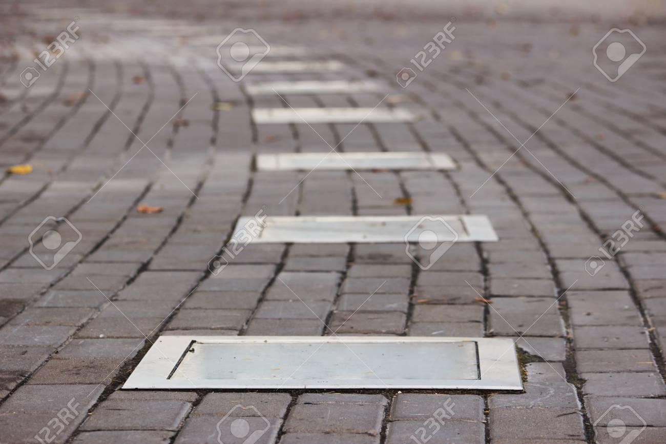 la iluminacin exterior en el suelo iluminacin instalado en el pavimento de piedra del jardn