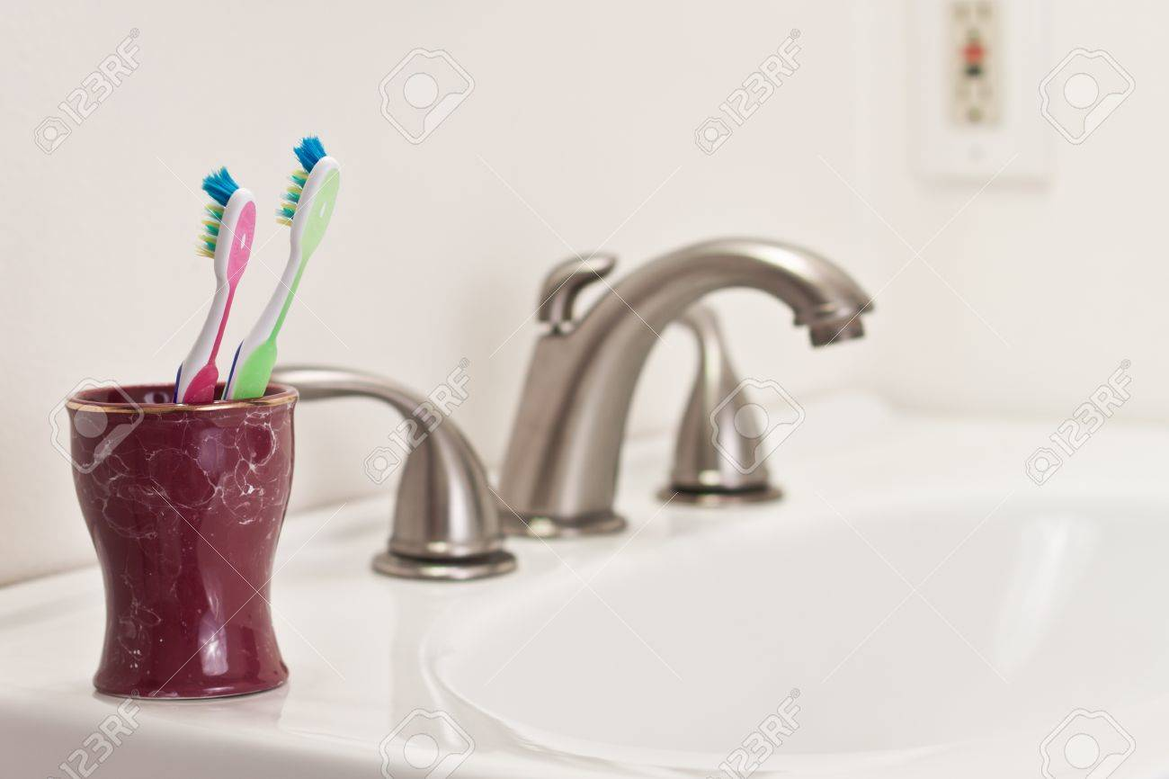 Concept avec deux brosses à dents dans une salle de bain, un vert et un  rose, l\'étape d\'engagement