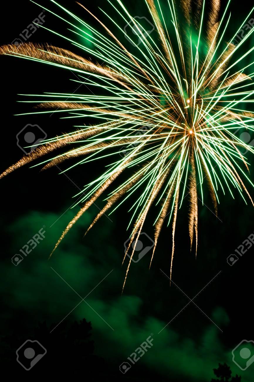 Feuerwerk Am Nachthimmel Begrüßen Ein Neues Jahr Lizenzfreie Fotos ...