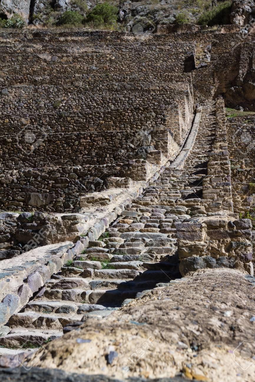 Fortaleza De Roca Con Terrazas De Cultivo Construidas En Tiempos De Los Incas En Ollantaytambo Perú