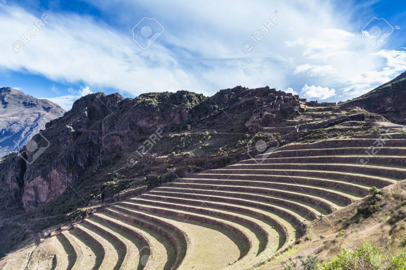 Ingenioso Uso Del Espacio Mediante La Creación De Terrazas Por Una Montaña Escarpada Y Utilizarlos Como Terrazas De Cultivo