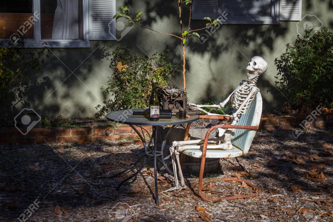 Halloween Decoratie Buiten.Calistoga Californie 08 November Skelet Schrijver Buiten Zitten Met Een Paar Flessen Wijn Als Een Halloween Decoratie In Wijn Land