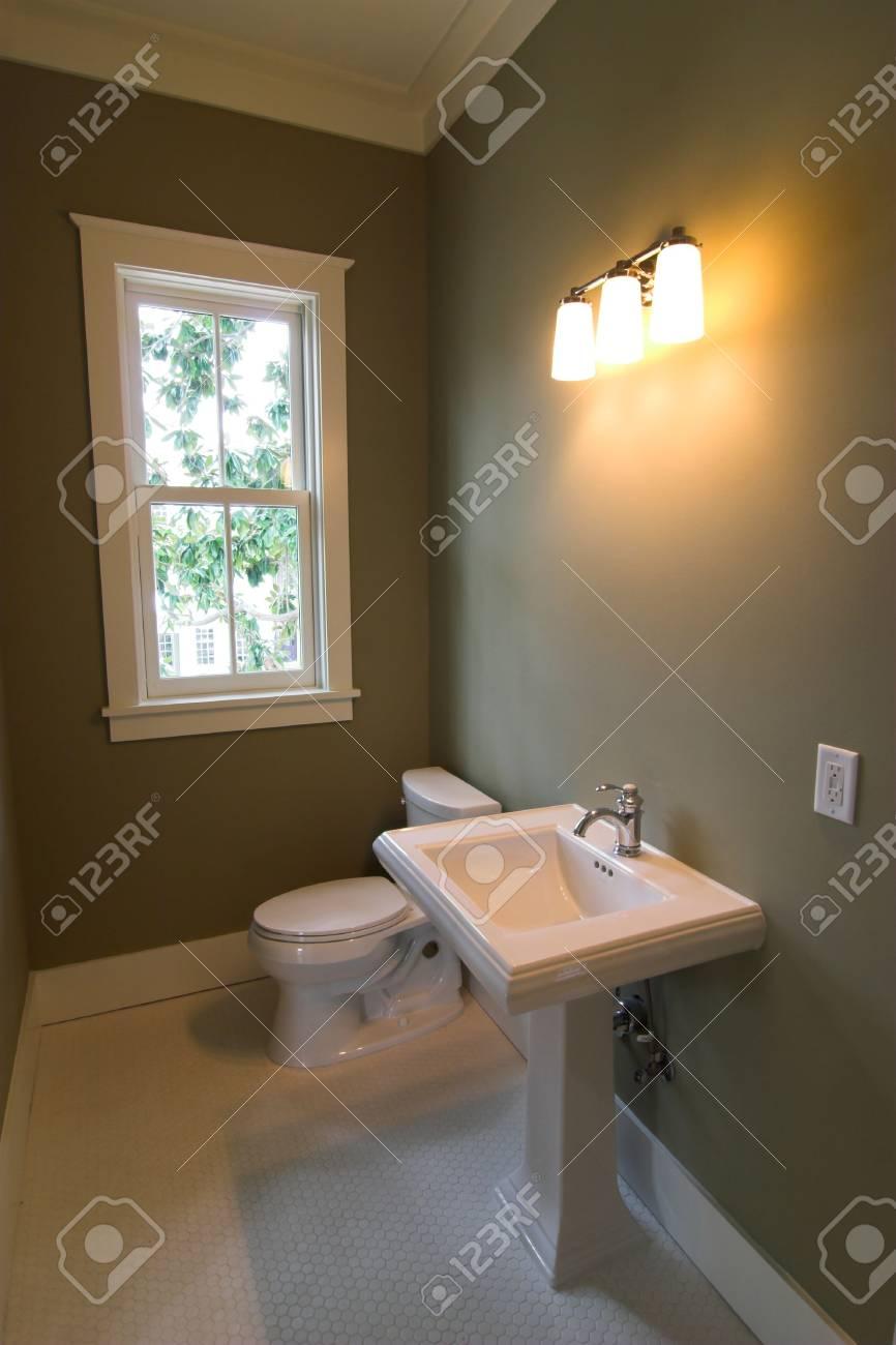 Simple cuarto de baño en porcelana blanca y accesorios de níquel