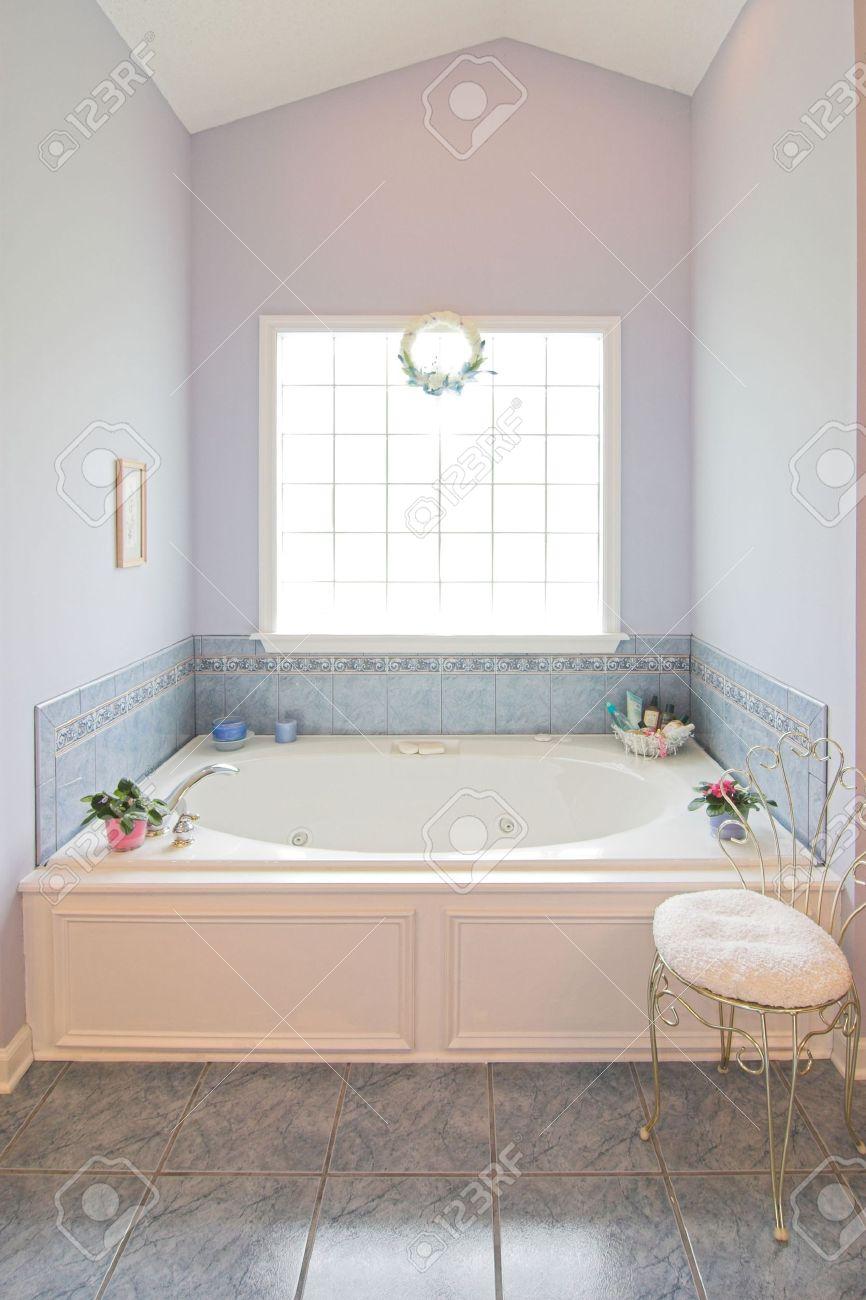 Luxe simple salle de bains avec baignoire jacuzzi et fenêtre