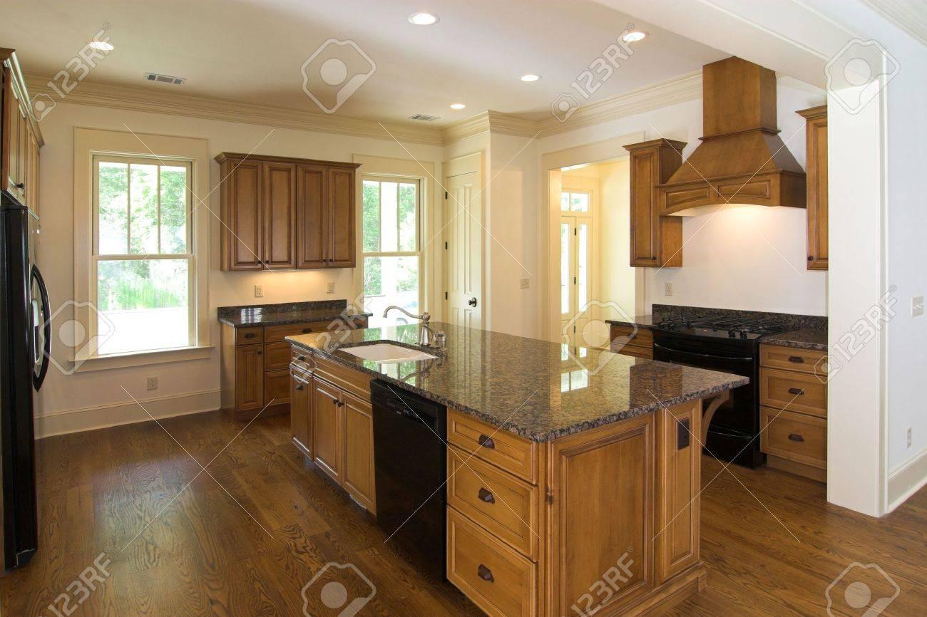 Luxuriose Kuche Mit Dunklem Holz Und Granit Lizenzfreie Fotos