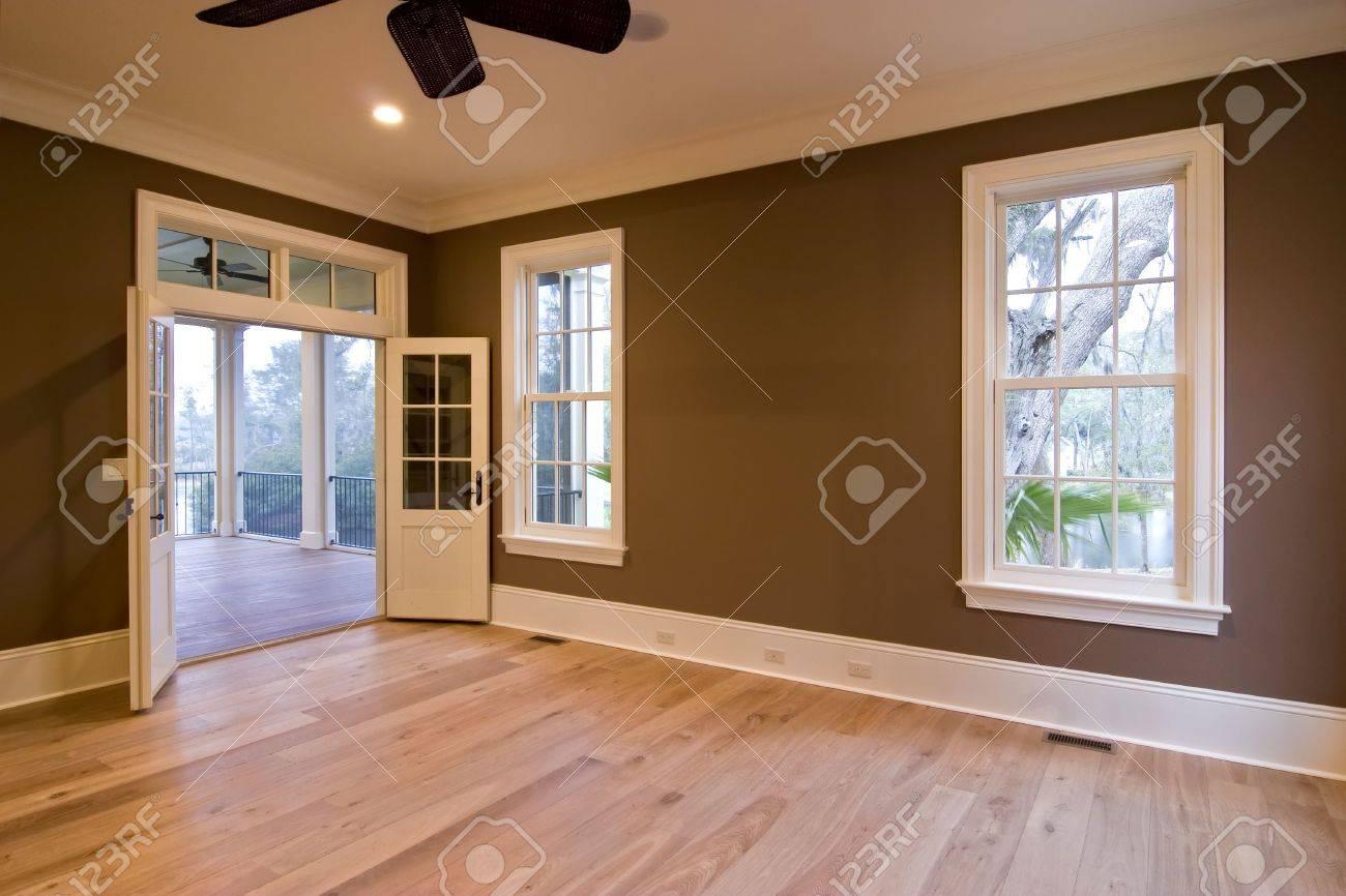 foto de archivo sin amueblar gran comedor o dormitorio con puertas abiertas a porche