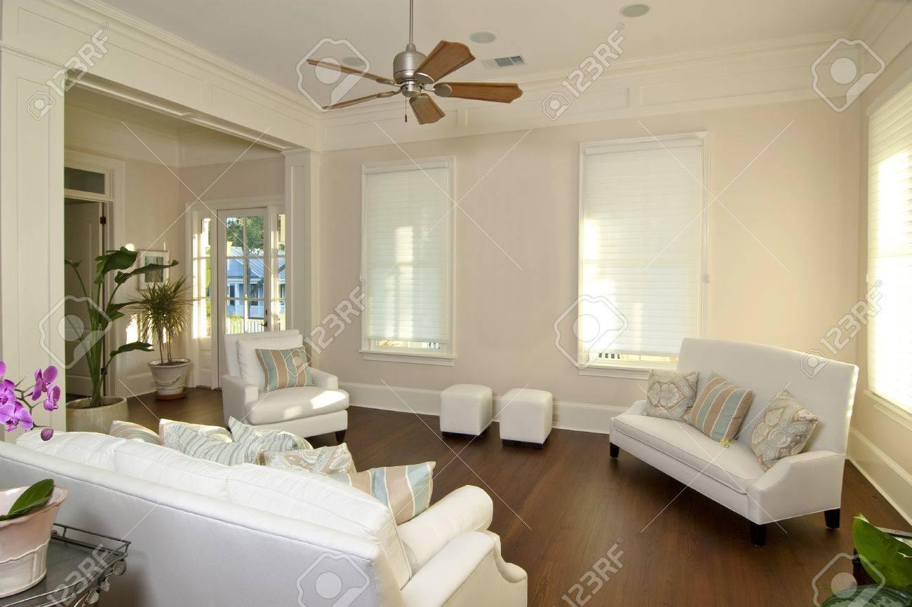 Eleganten Modernen Wohnzimmer Mit Weißen Möbeln Lizenzfreie Fotos ...