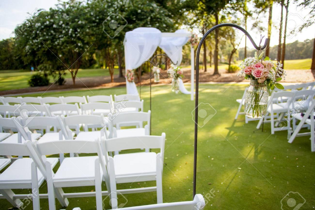 Stuhle Und Laube Mit Blumen Fur Die Hochzeit Den Schwerpunkt Auf