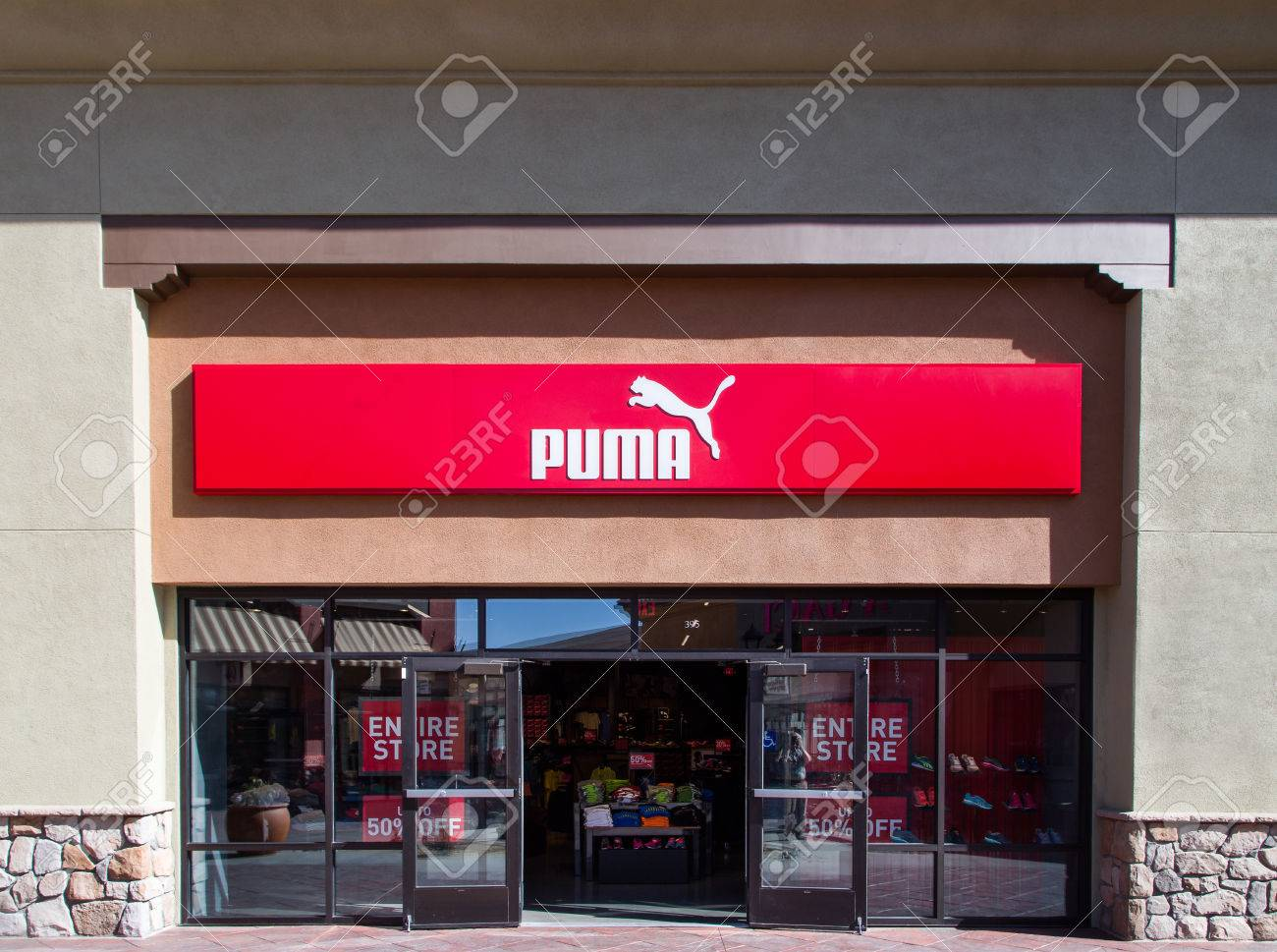 size 40 87363 cc423 TEJON RANCH, CA / USA - 8 settembre 2014: Puma negozio esterno e logo. Puma  SE è una società tedesca che produce calzature e abbigliamento sportivo ...