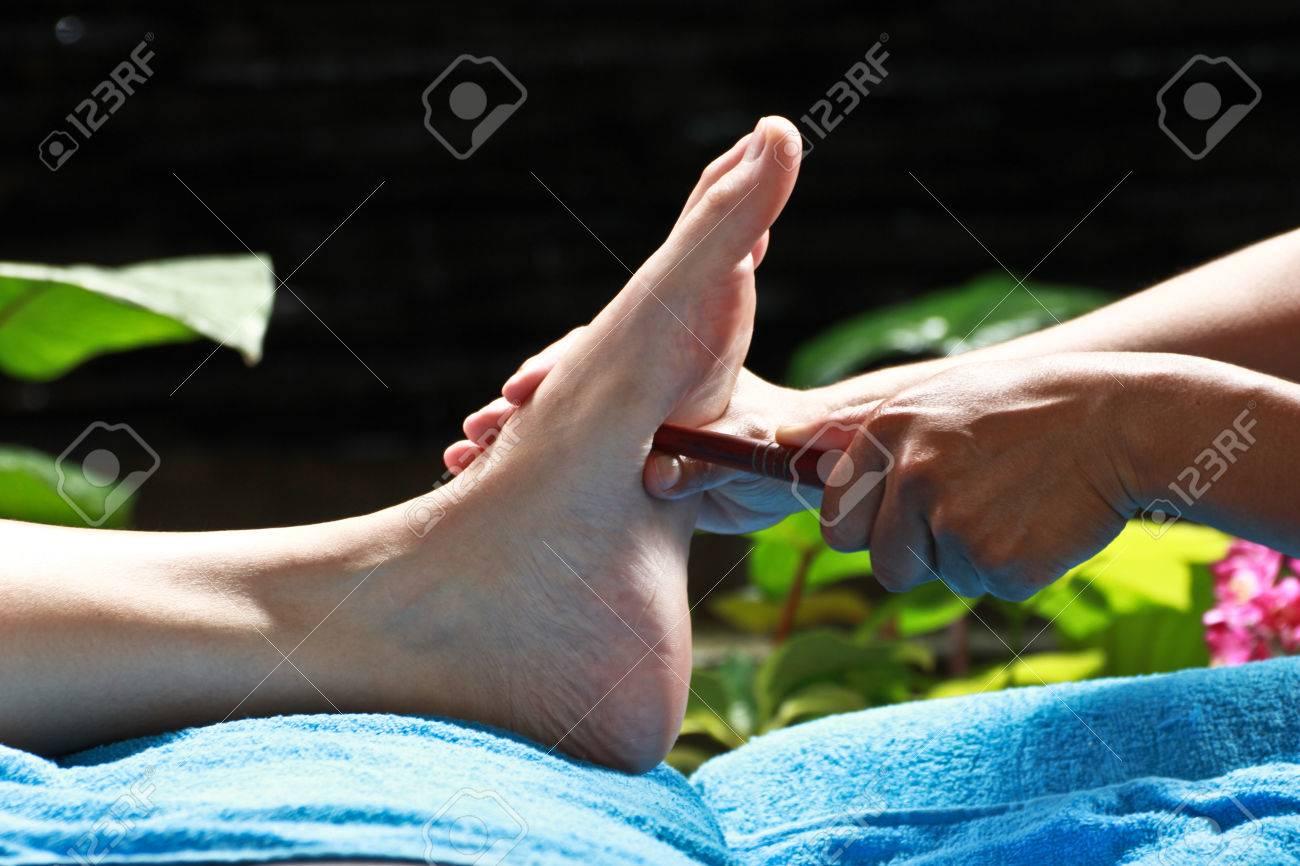 massage des pieds par le bâton de bois pour l'estomac Banque d'images - 23576033