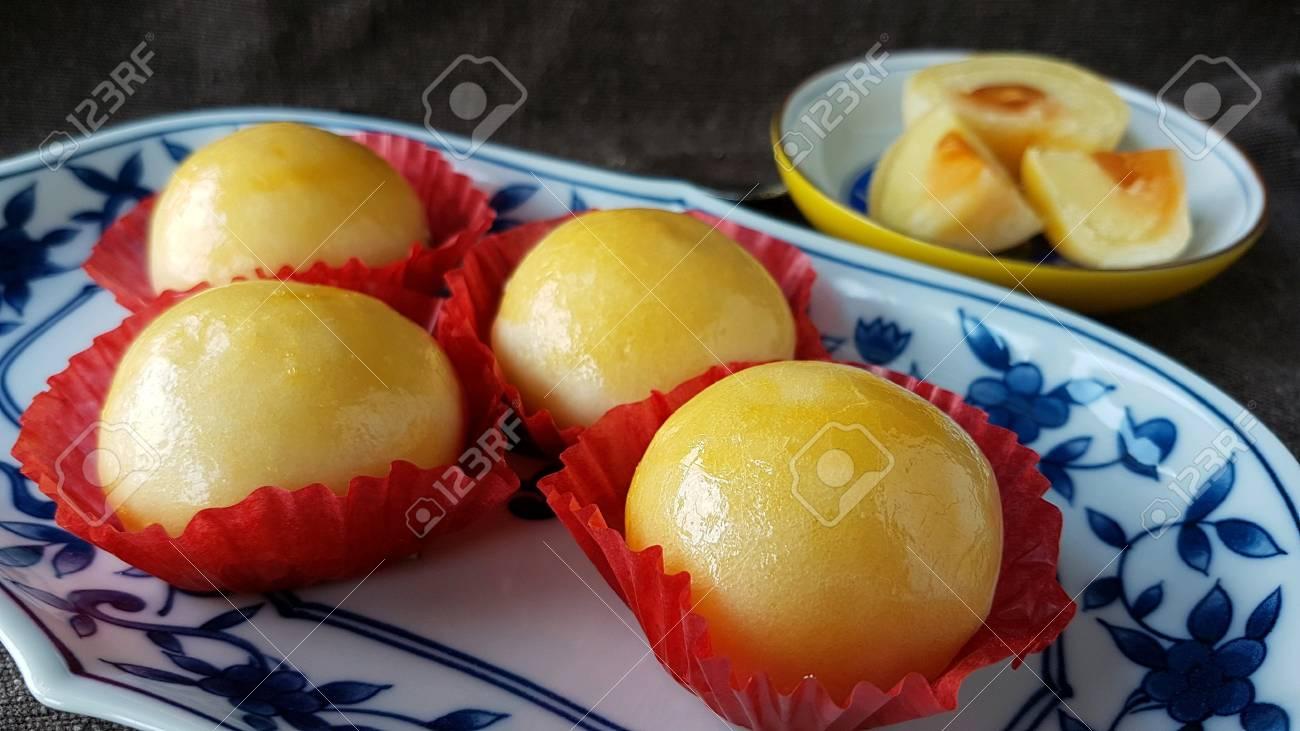 Banque d\u0027images , Mung haricot oeuf salé chinois pâtisserie thaïlandaise  avec fond de tissu marron.