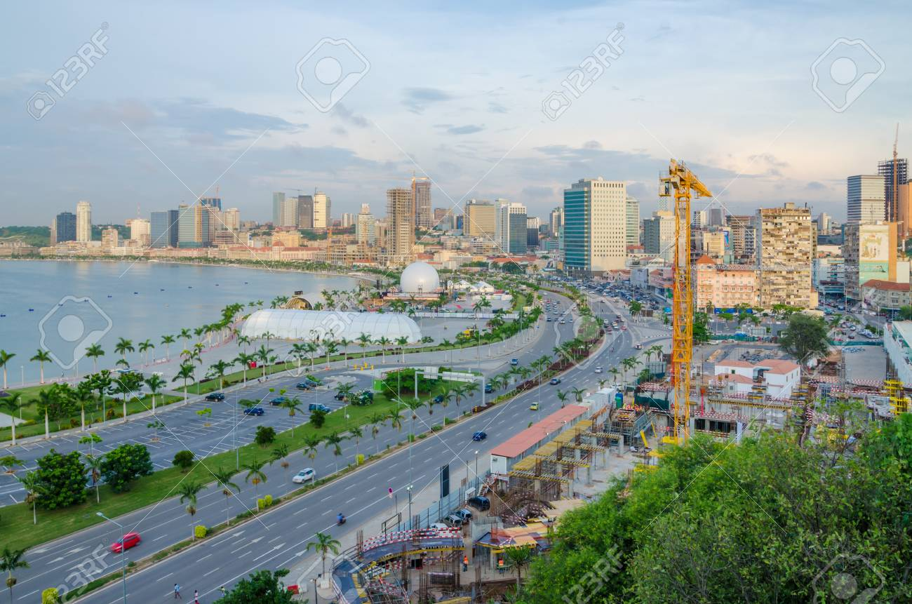 クレーン、高速道路、Luandan 湾、アンゴラ、南部アフリカを建造する ...