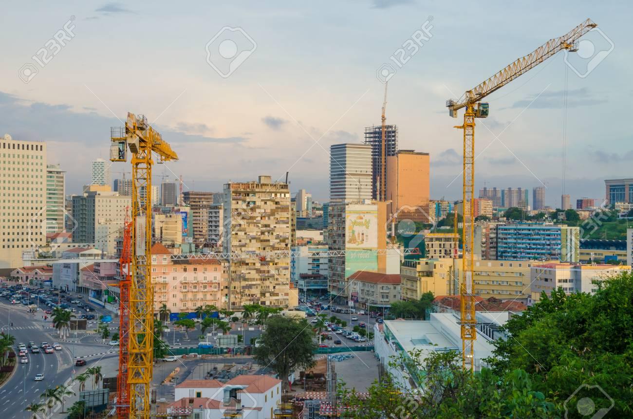 建設クレーン、現代のビルや高速道路、アンゴラ、アフリカ南部と ...