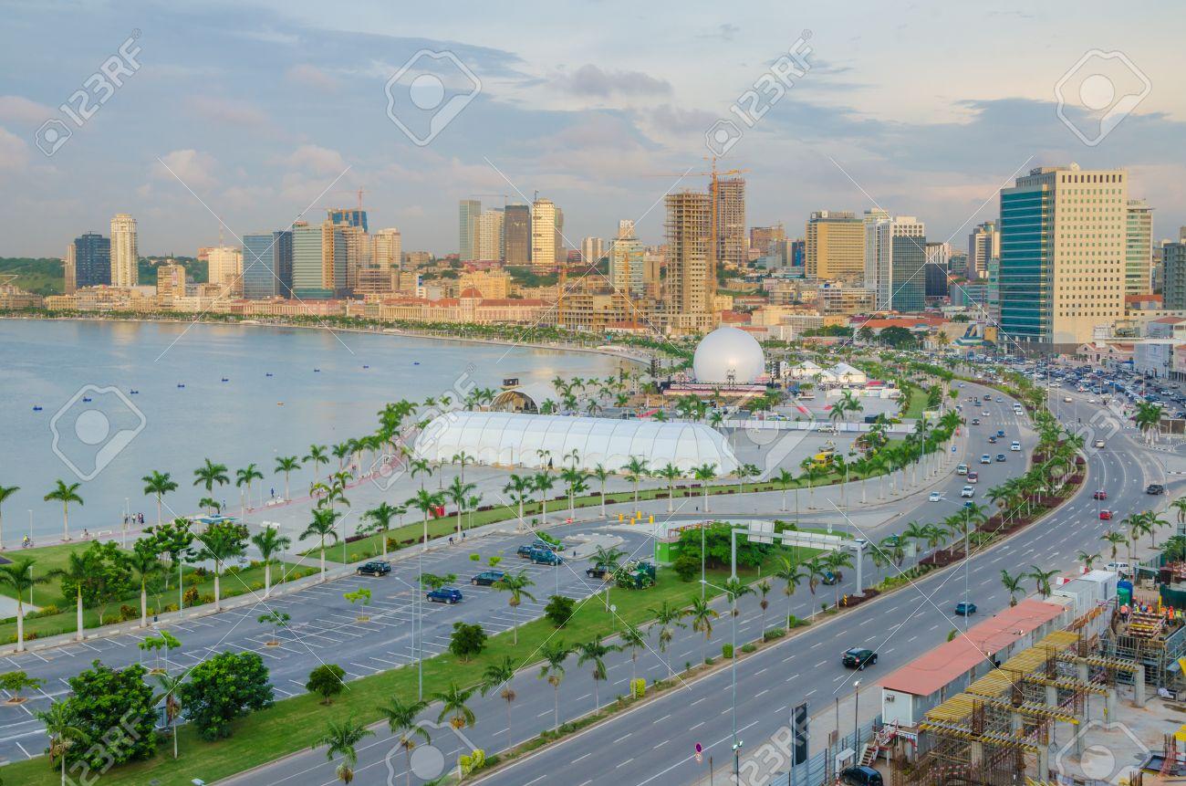 建設クレーン、高速道路、Luandan 湾、アンゴラ、南部アフリカの ...