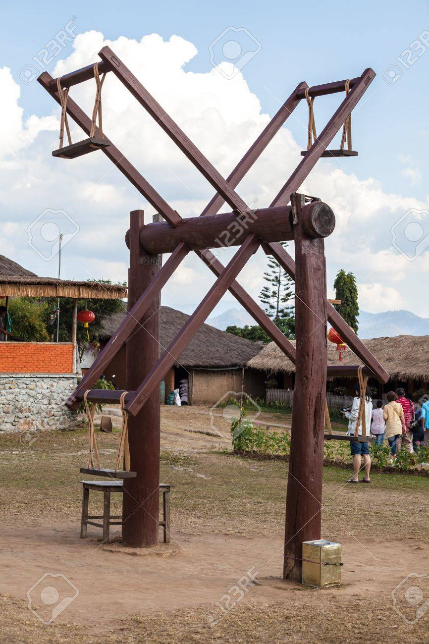 Columpio Gigante De Madera El Juego Tradicional En El Pequeno