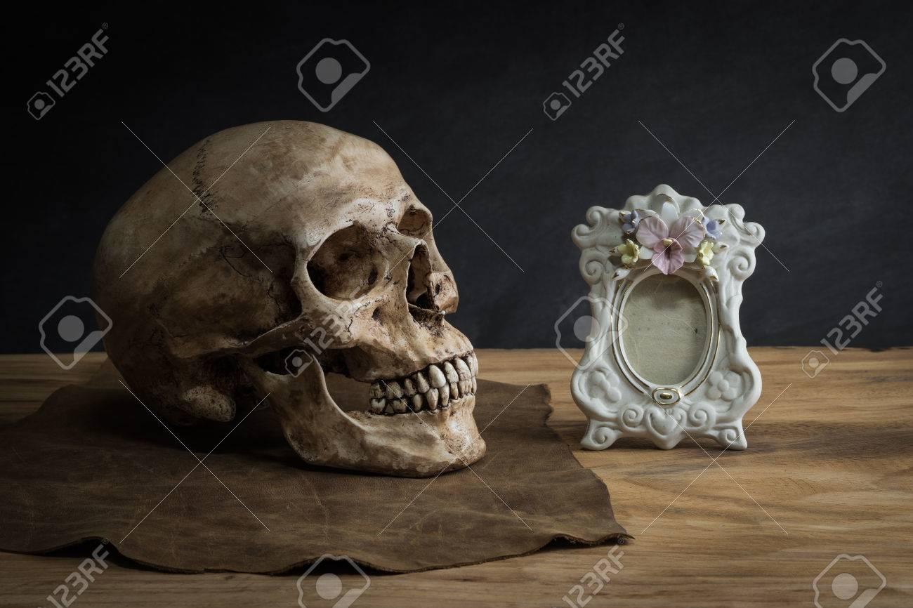 Naturaleza Muerta Con Cráneo Humano Marco De La Imagen Clásica Fotos ...