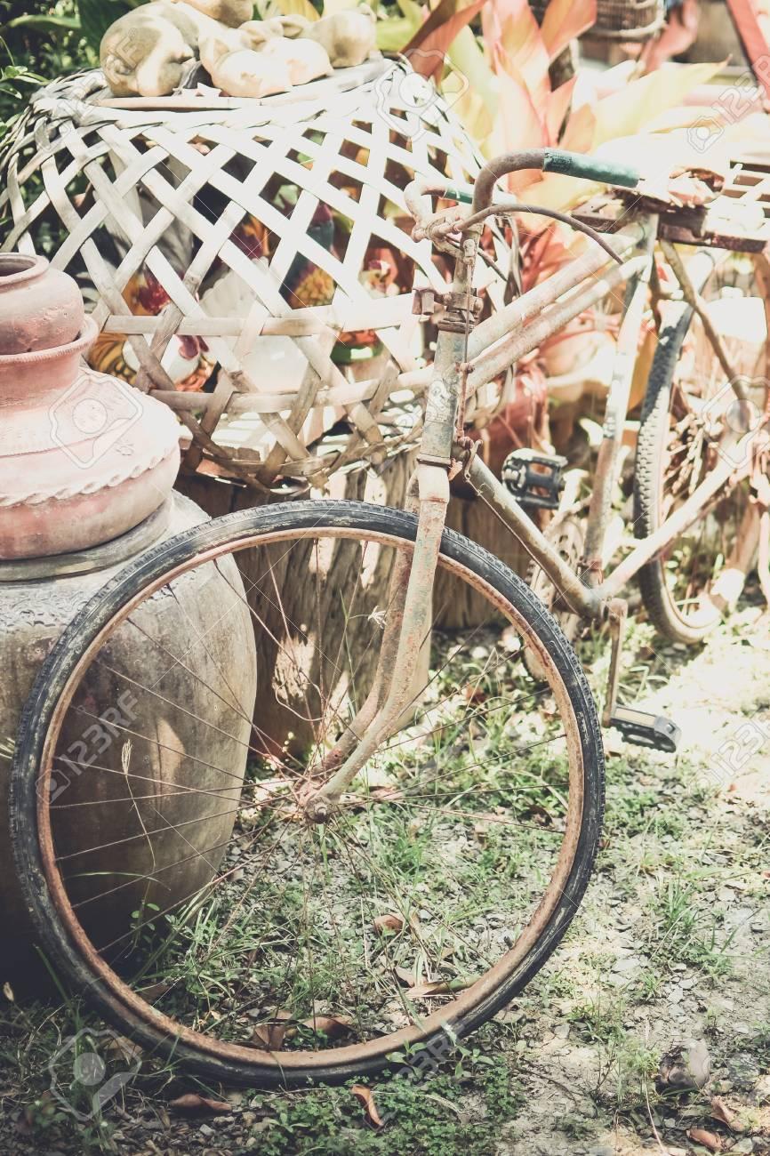 Vieux vélo avec pot rétro décoration dans le jardin