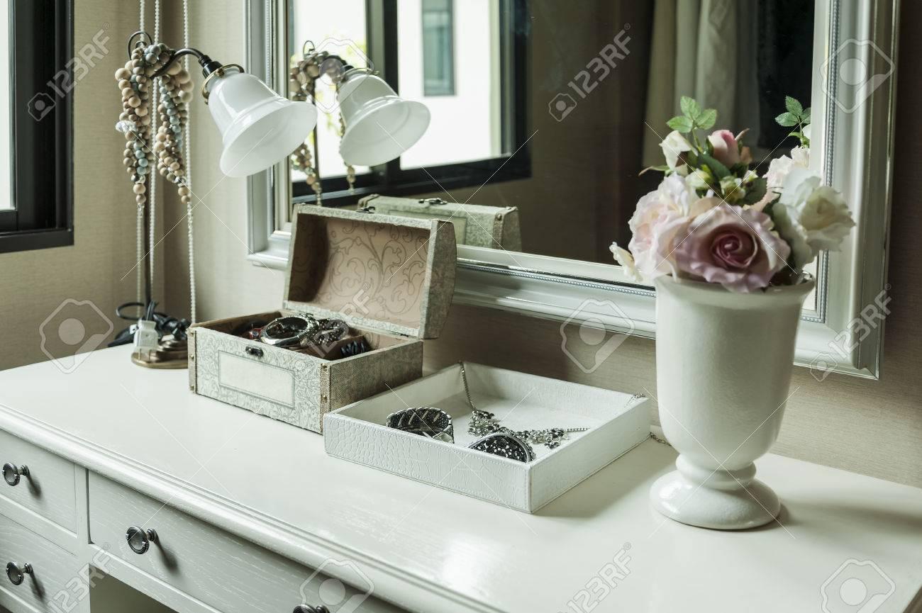 Spiegel Make Up : Schönheit und make up konzept spiegel lampe schmuck und make up
