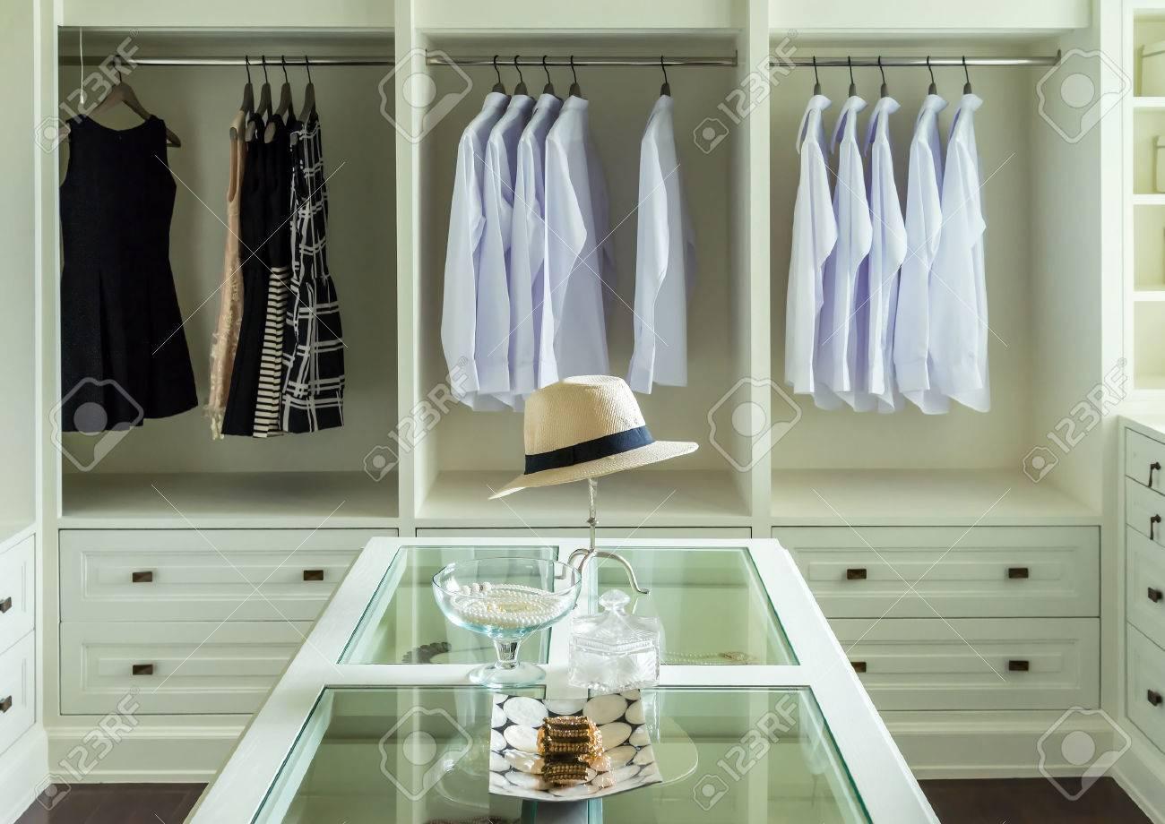 Weissen Hut Und Schmuck Auf Einer Kommode Tisch In Einem Begehbaren