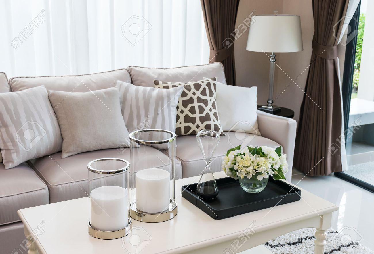 Modern woonkamer design met een bank en lamp royalty vrije foto ...