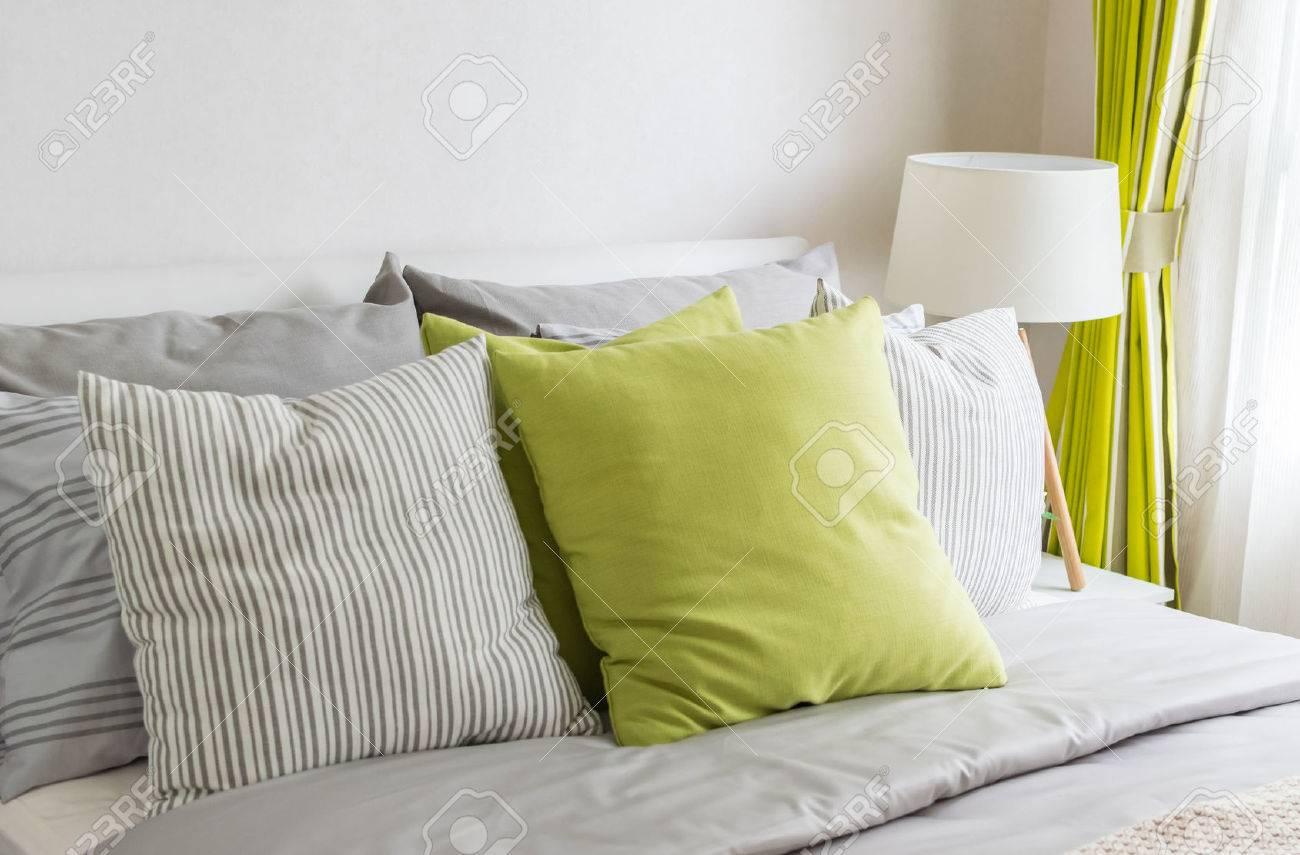 Moderne slaapkamer met groene kussen op bed royalty vrije foto ...