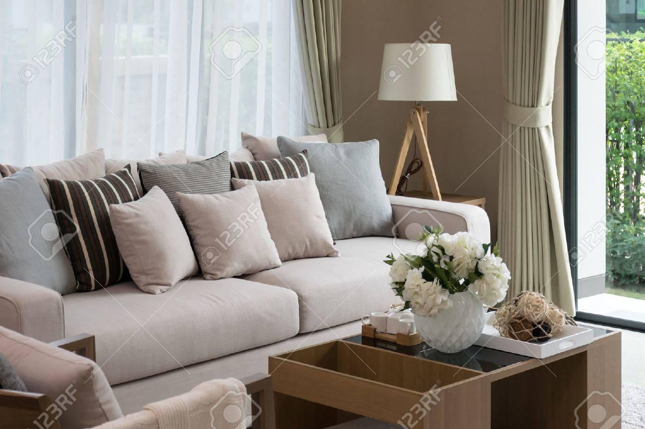 Design moderne salon avec canapé et lampe en bois