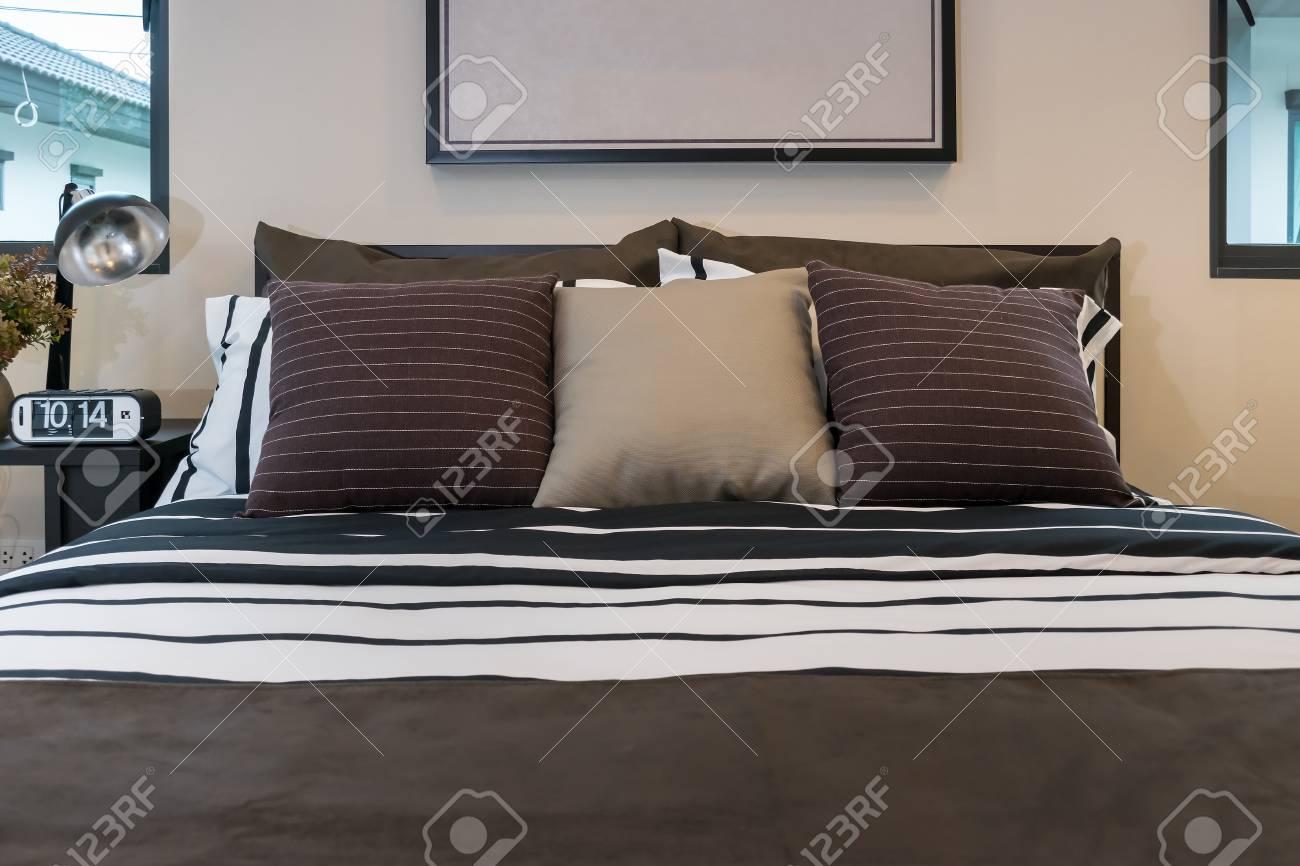 Moderne Schlafzimmer Mit Braun, Schwarz Weiß Gestreiften Kissen  Standard Bild   36675479