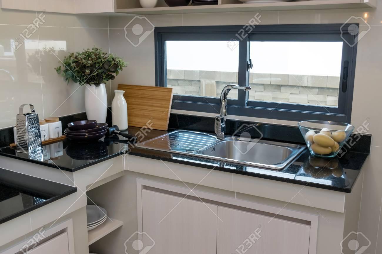 Ceramique Plan De Travail ustensiles de cuisine en céramique sur le plan de travail en marbre et  tablette