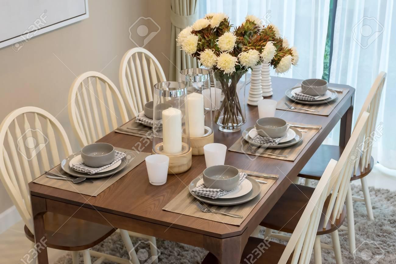 Table A Manger Moderne.Table A Manger Et Des Chaises Confortables Dans Une Maison Moderne Avec Un Cadre Elegant
