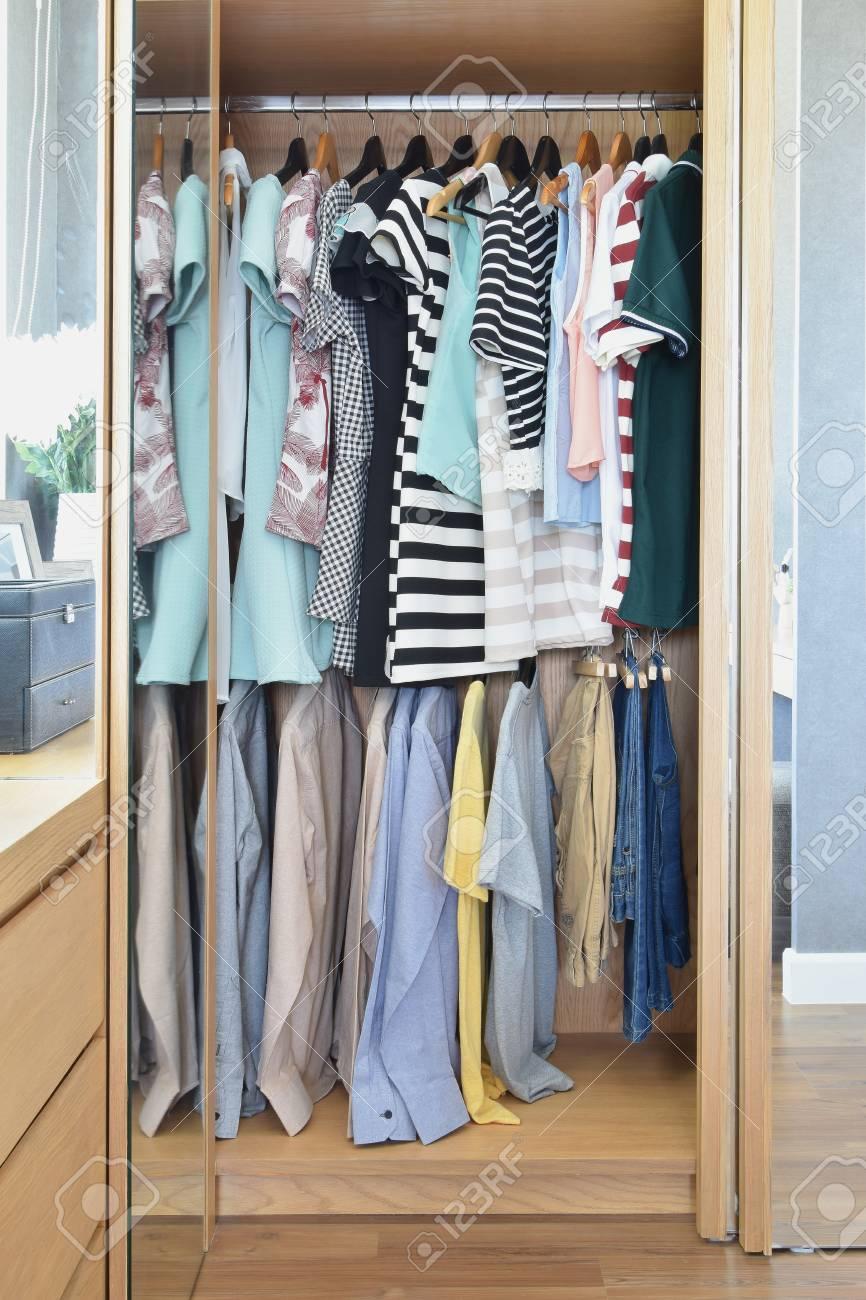 Bunte Kleider Hangen In Kleiderschrank Lizenzfreie Fotos Bilder Und