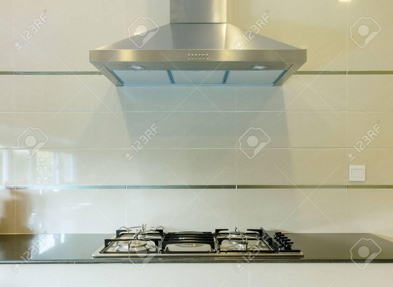 cocinar cocina a gas con campana en la cocina moderna foto de archivo