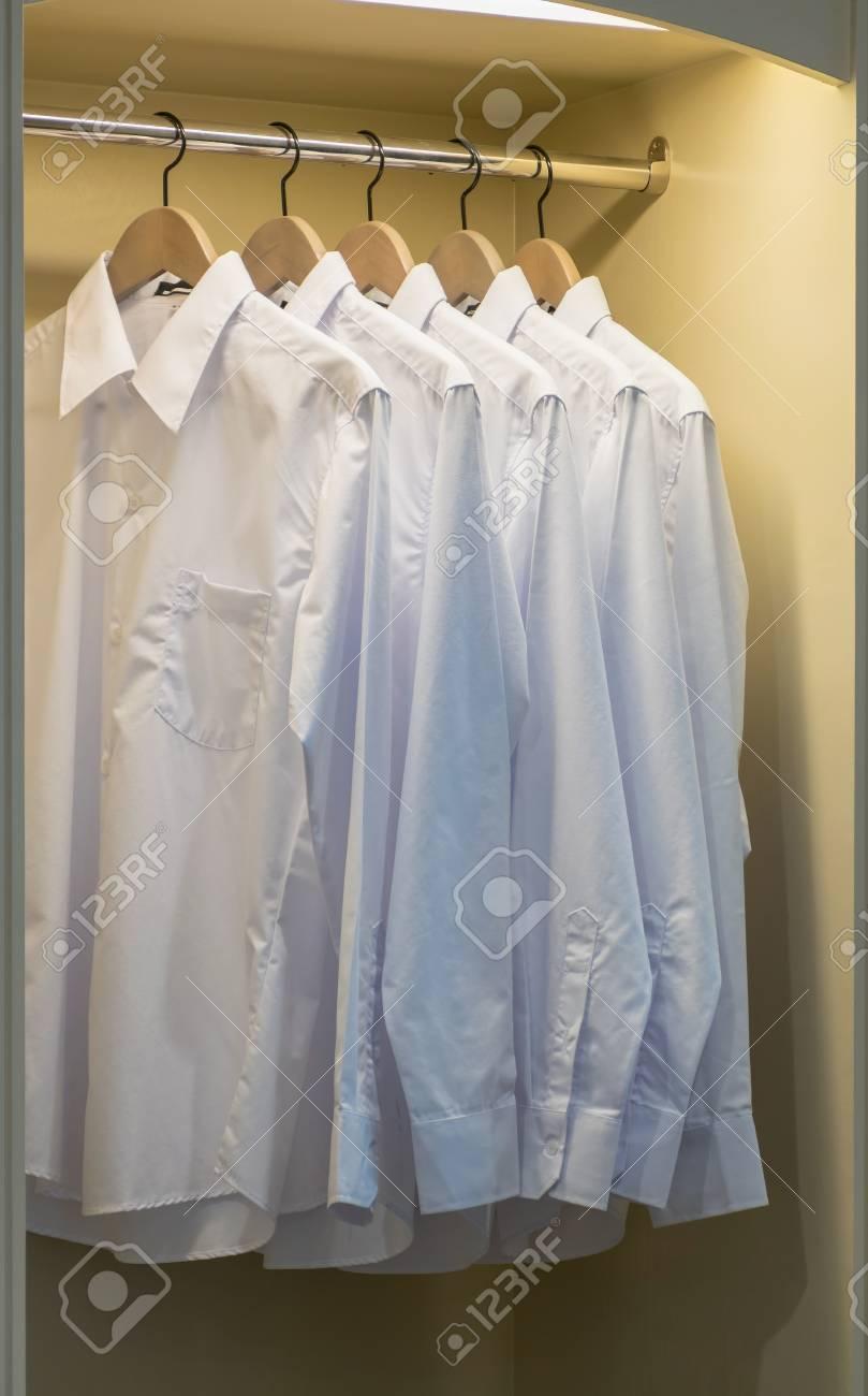 Reihe Von Weißen Shirts Hängen Auf Kleiderbügel Kleiderschrank ...
